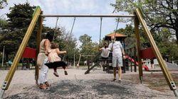 Los niños madrileños vuelven a jugar en las zonas infantiles de los parques desde este