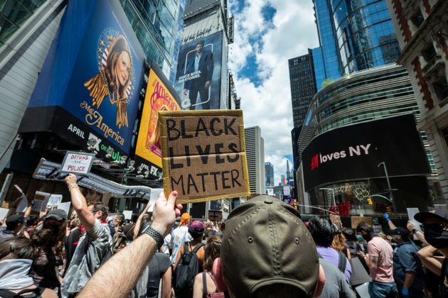 6月7日、ニューヨークのタイムズスクエアに集まった抗議者