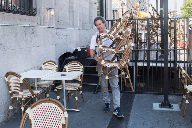 Sacha Brand préparait la terrasse du Comptoir 400,