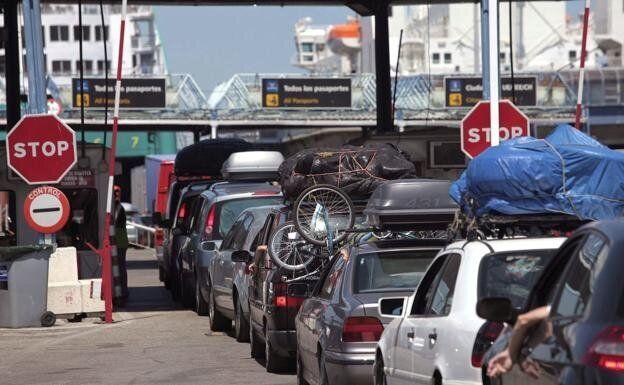 Largas filas de coches cada año en la Operación Paso del