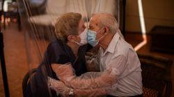 El beso a través del plástico de Agustina y Pascual tras 102 días sin