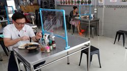 Divisórias de plástico e manequins: Será esse o futuro de comer