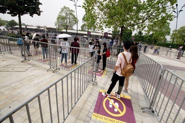 上海ディズニーランドのアトラクションの待機列。並ぶ人がソーシャルディスタンスが保てるように間隔が開けられている