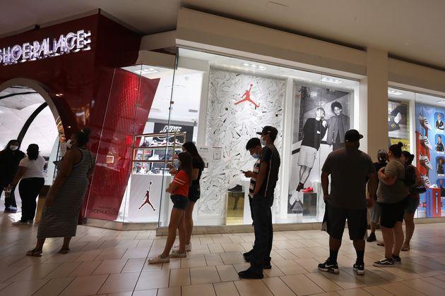 영업이 재개된 쇼핑몰을 찾은 고객들이 입장 순서를 기다리고 있다. 글렌데일, 애리조나주, 미국. 2020년