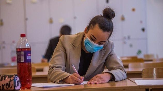 Una estudiante realiza un examen con