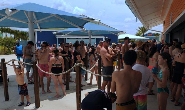 メモリアルデーの週末、フロリダ州オーランドにあるウォーターパークのスナックバーに並んで待つ人々(2020年5月23日)