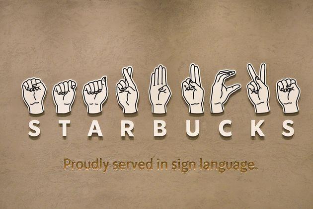 店舗には、「STARBUCKS」を指文字で表現したサインがデザインされています。
