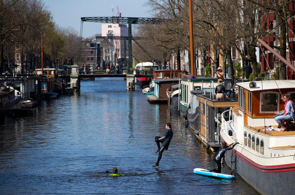 (자료사진) 유럽의 주요 관광지 중 하나인 네덜란드 암스테르담의 주민들은 코로나19로 관광객이 크게 감소하면서 이전에는 볼 수 없었던 도시의 새로운 모습을 목격하고 있다. 암스테르담,...