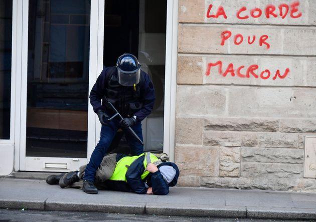 En janvier 2019, à Strasbourg, un gardien de la paix avait matraqué une manifestante gilet jaunes (image...