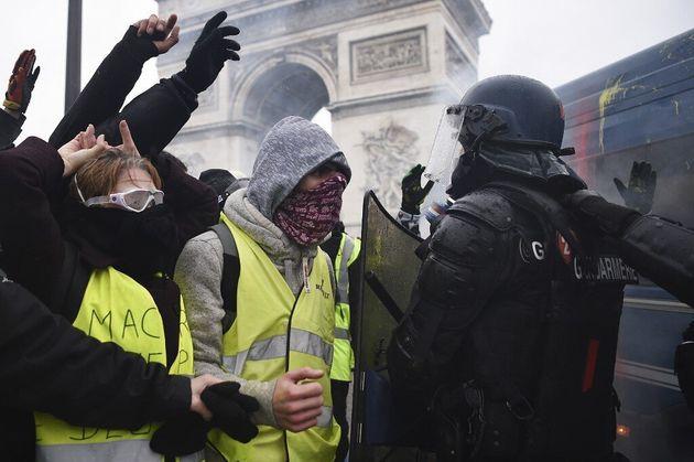 Des Gilets jaunes devant des gendarmes mobiles, le 1er décembre 2018 sur les