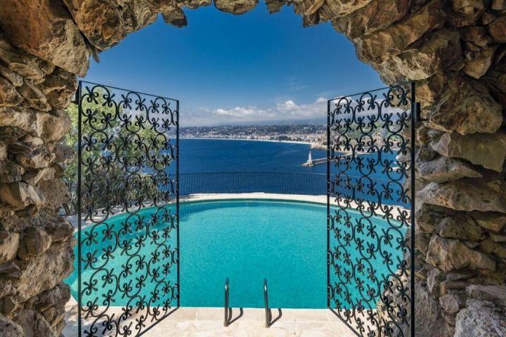 Η υπέροχη θέα από την πισίνα.