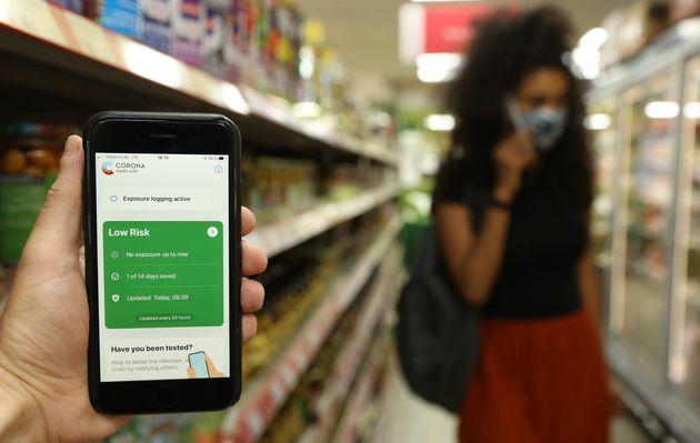 Un usuario utiliza la aplicación que ha lanzado Alemania para alertar sobre el