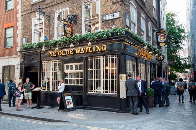 Un pub dans la ville de