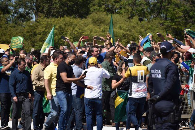 Bolsonaro ignora decreto e orientações da comunidade científica para evitar aglomerações...