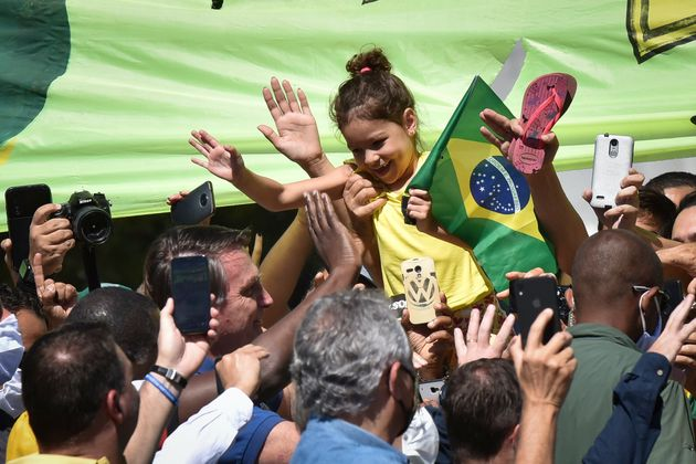 Bolsonaro cumprimenta apoiadores em frente Palácio do Planalto, em 31 de maio, quando já...