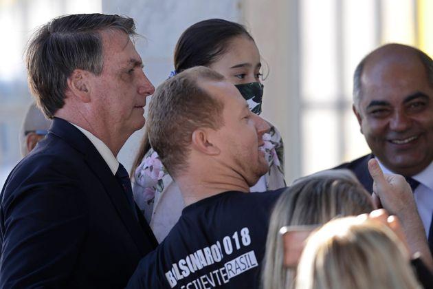 Bolsonaro, em 27 de abril, se aproxima de apoiador, sem