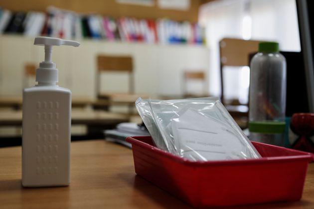 Mascaras y gel desinfectante en un centro de Boadilla del Monte