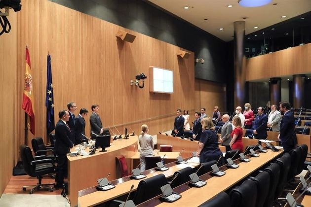 Los miembros de la Comisión de Reconstrucción Social y Económica del Congreso de los Diputados guardan...