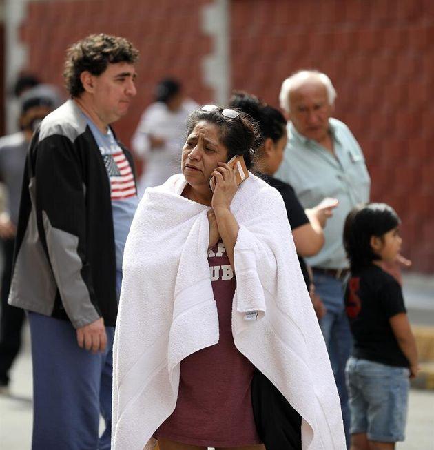 Ciudadanos salen a la calle tras el terremoto de más de 7 grados en la Escala Richter al sur de