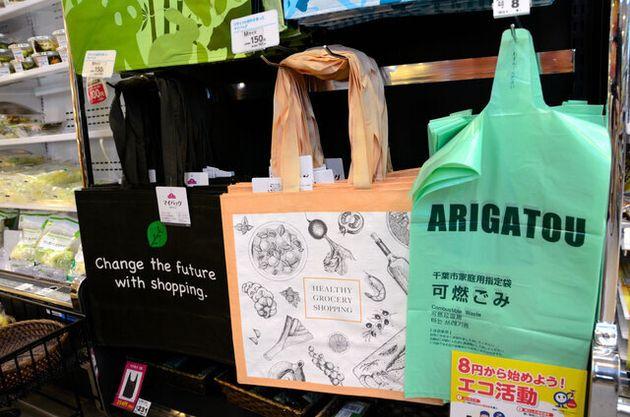 「ミニストップイオンタワー店」で販売されているエコバッグ。リサイクルしたプラスチックを配合したものもある。千葉市指定の可燃ごみ用ごみ袋を1枚から販売し、レジ袋の代わりに使ってもらうアイデアも