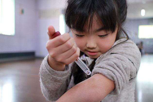 インスリンを注射する1型糖尿病の子ども=日本IDDMネットワーク提供