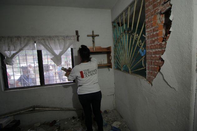 Una persona muestra su casa dañada tras el terremoto en Oaxaca, México, el 23 de junio...