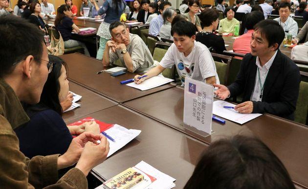 1型糖尿病患者らとの意見交換、交流会に参加する東京大学医科学研究所の山口智之特任准教授(右)=日本IDDMネットワーク提供