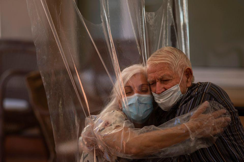 코로나19로 가족 만나지 못하는 노인들을 위해 '허그 터널' 만든 요양보호시설들