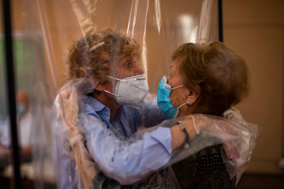 67세 딸 베아트리스 세구라가 96세 어머니 이자벨 로페스를 만난