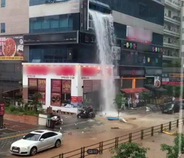 24일 낮 12시26분께 경기도 의정부시 민락2지구 중심상가 상가건물 4층 실내수영장 물탱크가 파손돼 건물 벽면이