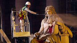 La statue de Colbert devant l'Assemblée Nationale taguée