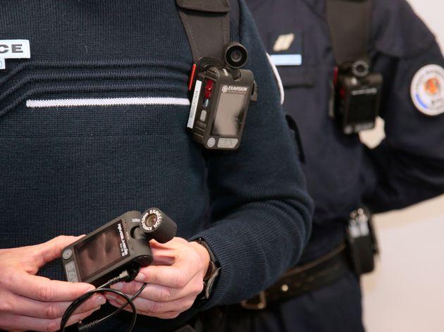 Les caméras piéton -ici en démonstration par un fonctionnaire de police- filment les interventions des...