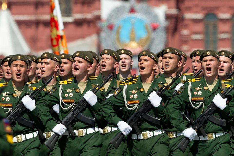 Ρώσοι στρατιώτες παρελαύνουν...