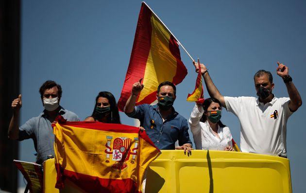 El líder de Vox, Santiago Abascal (en el centro), junto a la cúpula de su partido durante...