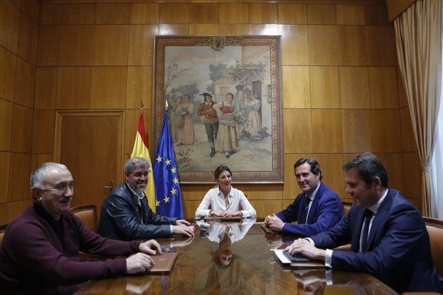 La ministra de Trabajo, Yolanda Díaz, durante una reunión con Una Sordo (CCOO), Pepe Álvarez (UGT), Antonio...