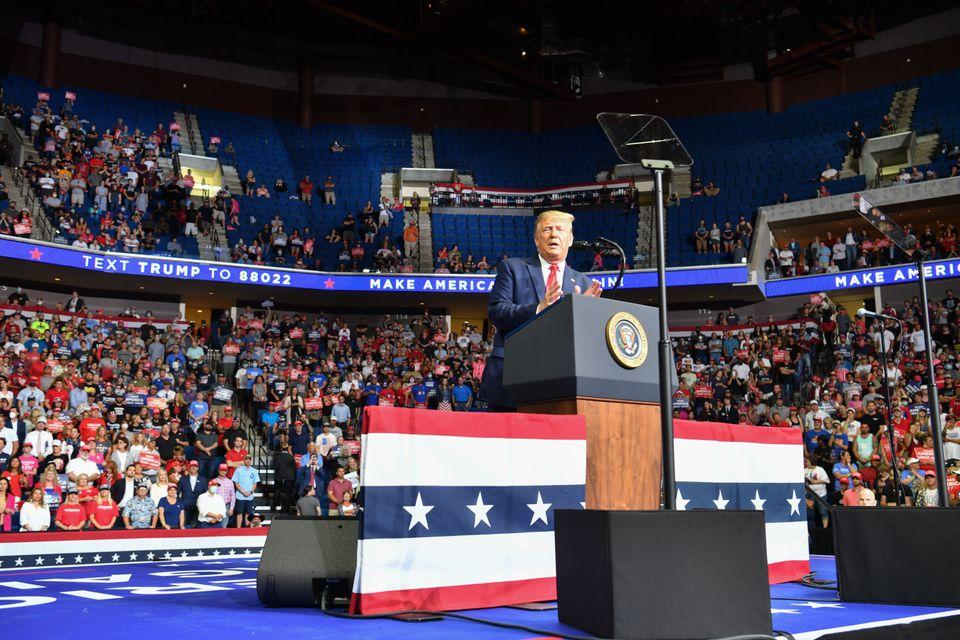 Presidente Trump faz comício em ginásio esvaziado em Tulsa, Oklahoma no último dia