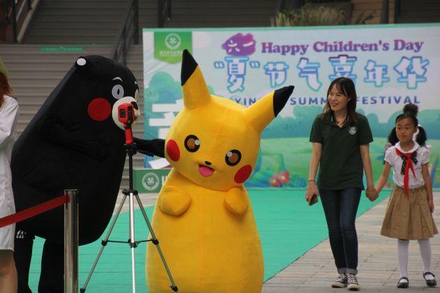 中国で開かれた国際児童デーのイベント。ピカチュウのコスプレが登場した