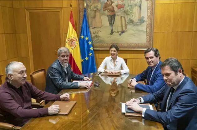 La ministra de Trabajo y Economía Social, Yolanda Díaz; los secretarios generales de UGT y CCOO, Pepe...