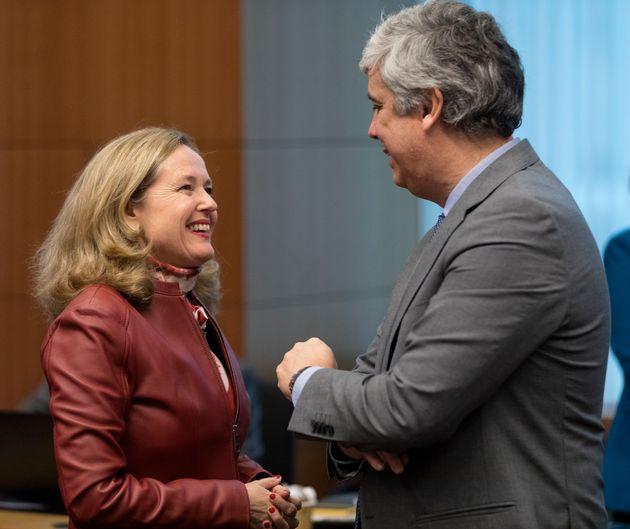 Nadia Calviño conversa con el ministro de Finanzas de Portugal y presidente del Eurogrupo Mario...