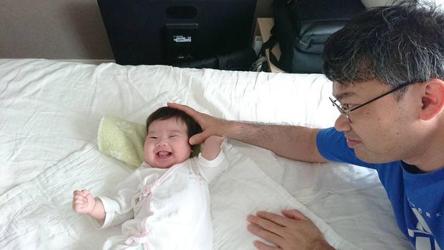 生後2カ月の娘と育休中の筆者(6月6日撮影)