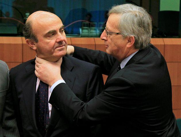 El luxemburgués Jean-Claude Juncker bromea con el españolLuis de Guindos durante...