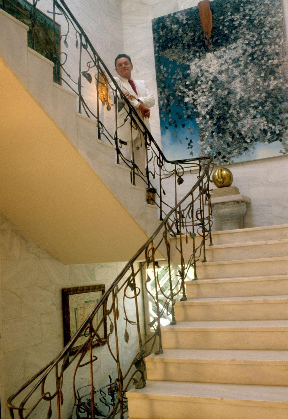 Ο Αλέξανδρος Ιόλας στη σκάλα της οικίας του
