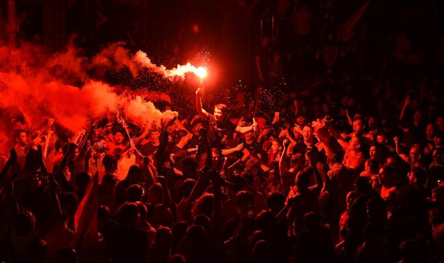 Liverpool champion d'Angleterre pour la première fois depuis 30 ans (des fans fêtent la victoire ce 25...