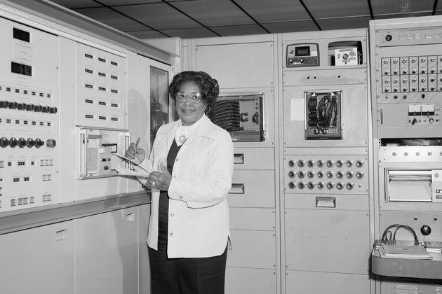 (자료사진) 미국 항공우주국(NASA) 최초의 흑인 여성 엔지니어 메리 W. 잭슨이 버지니아주 햄프턴에 위치한 랭글리 연구센터에서 포즈를 취하고 있다.