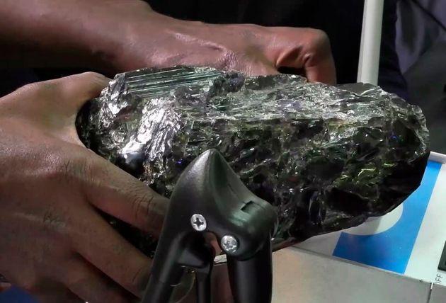 今回発見された2個の世界最大級のタンザナイト原石の一つ