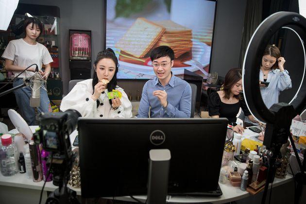 ライブコマースの配信の様子。左の女性はカリスマ的な人気を持つ「Viya」さん(Photo by Chen Zhongqiu/VCG via Getty