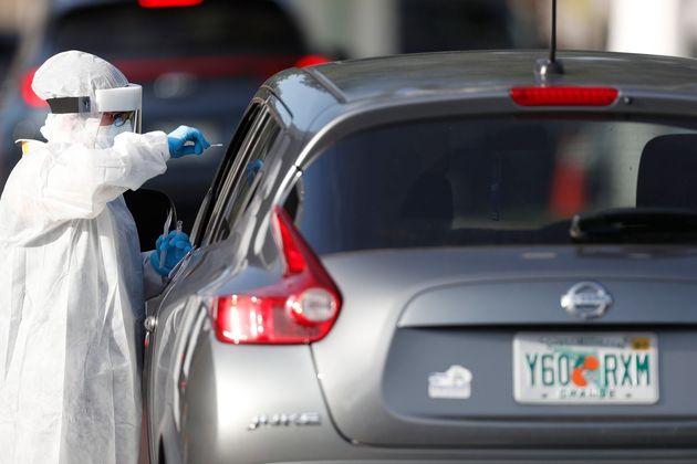 Un sanitario realiza un test de coronavirus a un ciudadano de Tampa, en Florida, el 25 de junio de 2020...