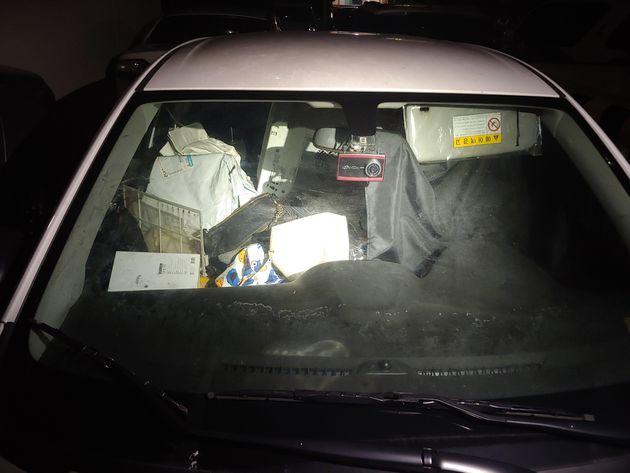 부산 해운대구 한 아파트 야외주차장에 세워진 차 안에 강아지가 1년 넘게 갇혀서 지내고 있다는 신고가 접수됐다. 사진은 강아지가 지내고 있는 차량