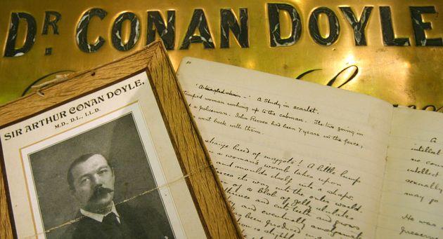 Το Ιδρυμα Άρθουρ Κόναν Ντόιλ, «πατέρα» του Σέρλοκ Χολμς, μηνύει το