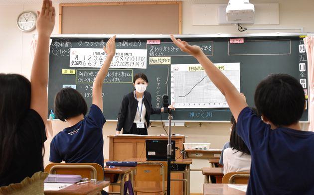 授業をライブ配信する福岡市の学校=6月5日、福岡市中央区